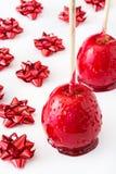 Μήλα Χριστουγέννων καραμελών τις κόκκινες κορδέλλες που απομονώνονται με Στοκ φωτογραφίες με δικαίωμα ελεύθερης χρήσης