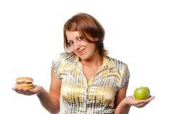 Μήλο ή χάμπουργκερ στοκ φωτογραφία με δικαίωμα ελεύθερης χρήσης