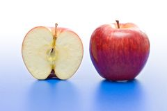 μήλο κατά το ήμισυ ολόκληρο Στοκ εικόνες με δικαίωμα ελεύθερης χρήσης