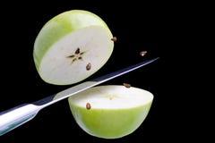 μήλο που κόβει φρέσκο πράσινο Στοκ Φωτογραφία