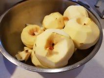 μήλο που ξεφλουδίζετα&iota Στοκ Εικόνες