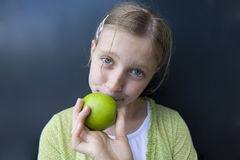 μήλο που τρώει το κορίτσι πράσινο Στοκ φωτογραφίες με δικαίωμα ελεύθερης χρήσης