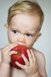 μήλο που τρώει το μικρό παι& Στοκ Φωτογραφία