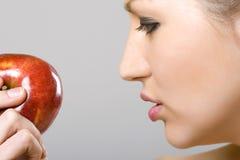 μήλο που φαίνεται γυναίκ&alp στοκ φωτογραφία
