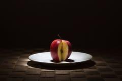 μήλο που χάνει την κόκκινη φέτα στοκ φωτογραφίες