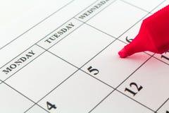 Μήνας εβδομάδας ημέρας αρμόδιων για το σχεδιασμό ημερολογιακής ημερομηνίας με τον κόκκινο δείκτη στοκ φωτογραφίες με δικαίωμα ελεύθερης χρήσης