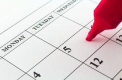 Μήνας εβδομάδας ημέρας αρμόδιων για το σχεδιασμό ημερολογιακής ημερομηνίας με τον κόκκινο δείκτη Στοκ Φωτογραφία