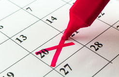 Μήνας εβδομάδας ημέρας αρμόδιων για το σχεδιασμό ημερολογιακής ημερομηνίας με τον κόκκινο δείκτη στοκ εικόνα