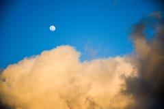 Μήνας κάλυψης σύννεφων Στοκ Εικόνες