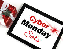 Μήνυμα αγορών πώλησης Δευτέρας Cyber στη μαύρη συσκευή ταμπλετών υπολογιστών με το δώρο Στοκ Φωτογραφία