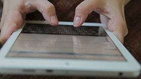 Μήνυμα δακτυλογράφησης γυναικών κινηματογραφήσεων σε πρώτο πλάνο στην ταμπλέτα φιλμ μικρού μήκους