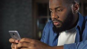 Μήνυμα ανάγνωσης ατόμων ή ηλεκτρονικό ταχυδρομείο στο smartphone, που απογοητεύεται με τις κακές ειδήσεις, αποσύνθεση φιλμ μικρού μήκους