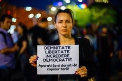 Μήνυμα από το διαμαρτυρόμενο: αξιοπρέπεια, ελευθερία, εμπιστοσύνη, δημοκρατία, Βουκουρέστι, Ρουμανία Στοκ εικόνες με δικαίωμα ελεύθερης χρήσης