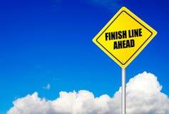 Μήνυμα γραμμών τερματισμού μπροστά στο οδικό σημάδι στοκ φωτογραφία με δικαίωμα ελεύθερης χρήσης