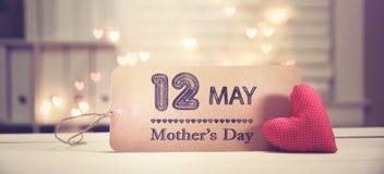 Μήνυμα ημέρας μητέρας με μια κόκκινη καρδιά στοκ εικόνες