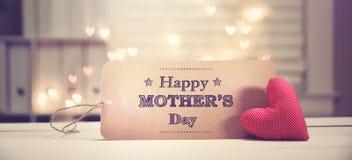 Μήνυμα ημέρας μητέρων ` s με μια κόκκινη καρδιά στοκ εικόνα με δικαίωμα ελεύθερης χρήσης
