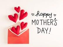 Μήνυμα ημέρας μητέρων ` s με τα κόκκινα μαξιλάρια καρδιών στοκ εικόνα με δικαίωμα ελεύθερης χρήσης