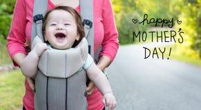 Μήνυμα ημέρας μητέρων ` s με το ευτυχές αγοράκι στοκ φωτογραφίες