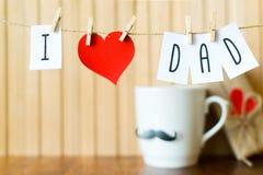 Μήνυμα ημέρας πατέρων με την ένωση καρδιών εγγράφου με τα clothespins πέρα από τον ξύλινο πίνακα Χρόνια πολλά στοκ φωτογραφίες με δικαίωμα ελεύθερης χρήσης
