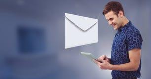 Μήνυμα και άτομο επιστολών φακέλων που χρησιμοποιούν την ταμπλέτα Στοκ Εικόνα