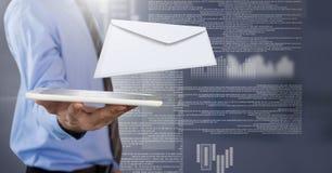 Μήνυμα και άτομο επιστολών φακέλων που χρησιμοποιούν την ταμπλέτα Στοκ Εικόνες