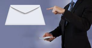 Μήνυμα και άτομο επιστολών φακέλων που χρησιμοποιούν το τηλέφωνο Στοκ φωτογραφίες με δικαίωμα ελεύθερης χρήσης