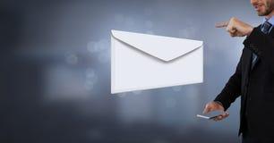 Μήνυμα και άτομο επιστολών φακέλων που χρησιμοποιούν το τηλέφωνο Στοκ Εικόνες
