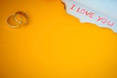 Μήνυμα και δαχτυλίδια αγάπης Στοκ Φωτογραφίες