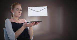 Μήνυμα και γυναίκα επιστολών φακέλων που χρησιμοποιούν την ταμπλέτα Στοκ φωτογραφία με δικαίωμα ελεύθερης χρήσης