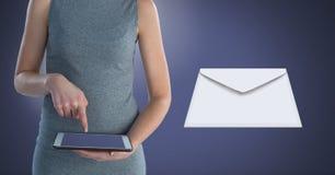 Μήνυμα και γυναίκα επιστολών φακέλων που χρησιμοποιούν την ταμπλέτα Στοκ εικόνα με δικαίωμα ελεύθερης χρήσης