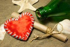 Μήνυμα και κόκκινη αγάπη καρδιών Στοκ φωτογραφία με δικαίωμα ελεύθερης χρήσης