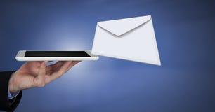 Μήνυμα και χέρι επιστολών φακέλων που χρησιμοποιούν την ταμπλέτα Στοκ Εικόνες