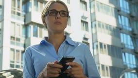 Μήνυμα κακός-ειδήσεων ανάγνωσης επιχειρηματιών, αποτυχημένη ξεκίνημα ή απόλυση, προβλήματα απόθεμα βίντεο