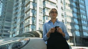 Μήνυμα κακός-ειδήσεων ανάγνωσης επιχειρηματιών στο smartphone, πτώχευση, αποτυχημένο ξεκίνημα φιλμ μικρού μήκους