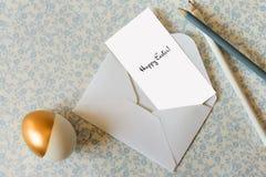 Μήνυμα καρτών Πάσχας, στο μπλε τυπωμένο ύφασμα Στοκ Φωτογραφίες