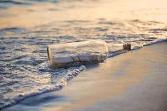 Μήνυμα σε ένα ηλιοβασίλεμα του ST μπουκαλιών στοκ εικόνα