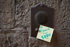 Μήνυμα στο doorbell στοκ εικόνες