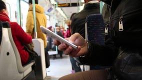 Μήνυμα στο smartphone μέσα του υπογείου φιλμ μικρού μήκους