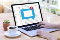 Μήνυμα σύνδεσης επικοινωνίας ταχυδρομείου στην αποστολή του τηλεφώνου επαφών Στοκ Εικόνα