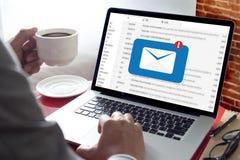 Μήνυμα σύνδεσης επικοινωνίας ταχυδρομείου στην αποστολή του τηλεφώνου επαφών στοκ φωτογραφίες
