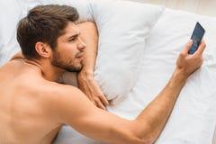 Μήνυμα τύπων στο τηλέφωνο μετά από τον ύπνο Στοκ Εικόνες