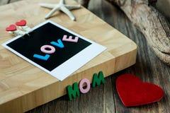 Μήνυμα Mom αγάπης στην κενή στιγμιαία φωτογραφία Στοκ Εικόνες
