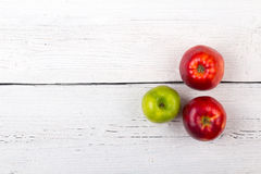 Μήλα δέντρων σε μια άσπρη ξύλινη επιφάνεια στοκ φωτογραφίες