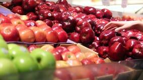 Μήλα επιλογής στην αγορά απόθεμα βίντεο