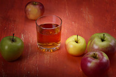 Μήλα και ένα γυαλί Στοκ φωτογραφίες με δικαίωμα ελεύθερης χρήσης