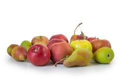 Μήλα και αχλάδια που απομονώνονται στο λευκό Στοκ εικόνα με δικαίωμα ελεύθερης χρήσης