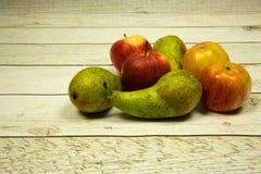 Μήλα και αχλάδια στον παλαιό ξύλινο τοπ τρύγο Στοκ Εικόνες