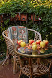 Μήλα και καρύδια στο γραφείο Στοκ φωτογραφία με δικαίωμα ελεύθερης χρήσης