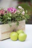 Μήλα και λουλούδια στοκ φωτογραφίες