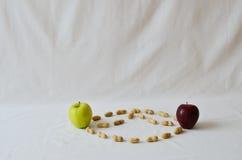 Μήλα και φυστίκια Στοκ Εικόνα